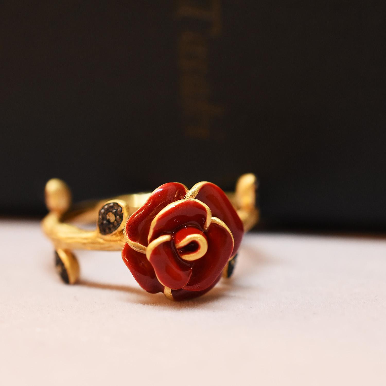 美しく咲き誇る花々のリング
