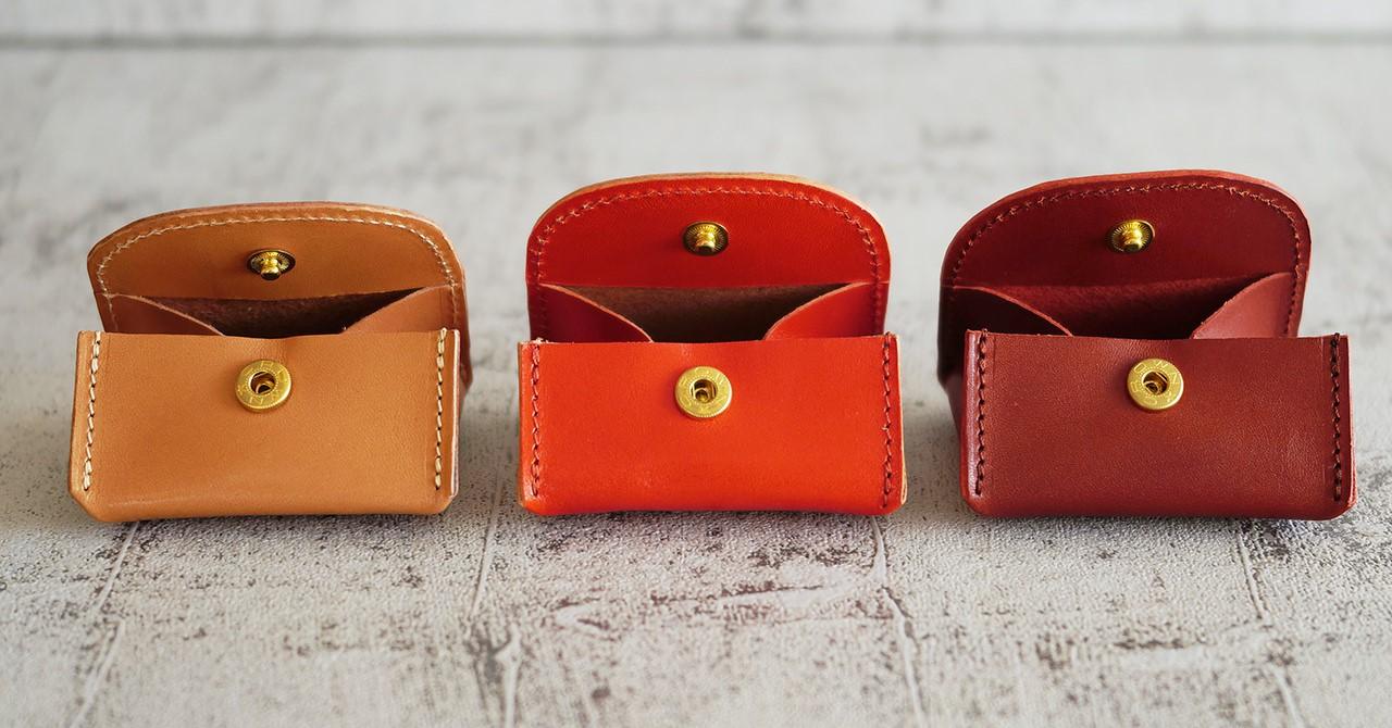 小銭を入れる用途だけに作られたシンプルな構造です。ツヤツヤ革のコインケース。