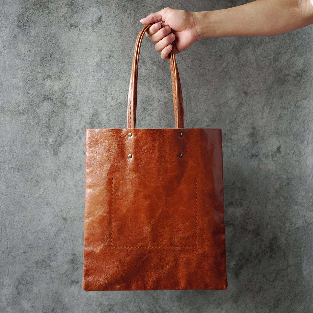 安定感のあるブラウン。洋服に合わせやすい山羊革のトートバッグです。