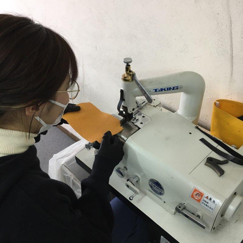 使いなれたら癖になる革漉き機。製作体験で使っていただきます。