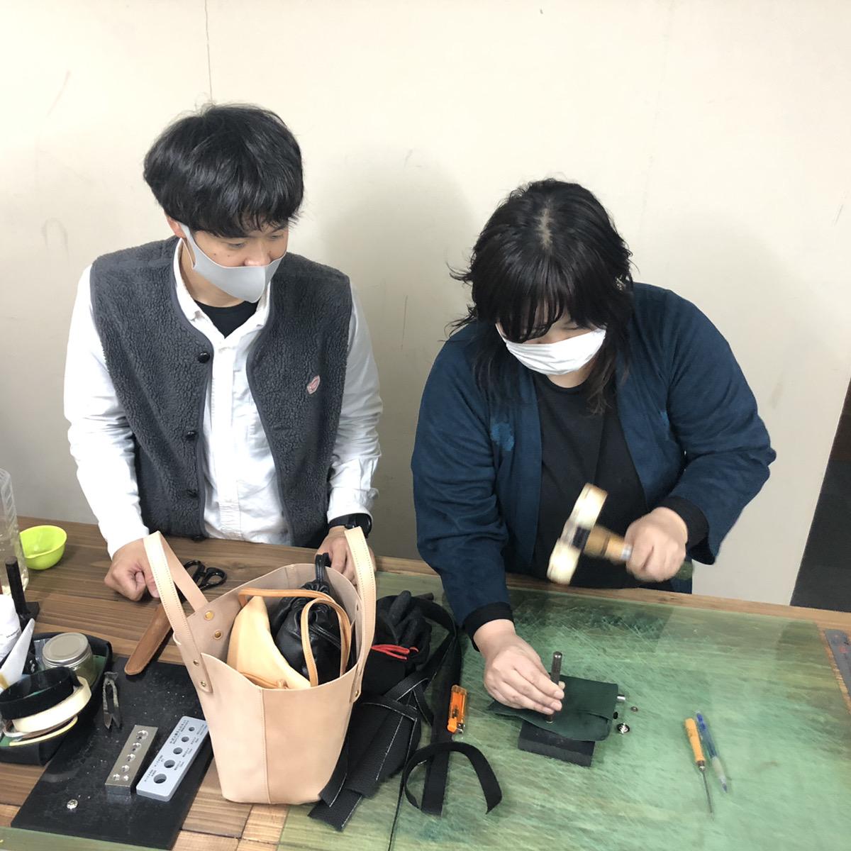 ナニワの革問屋巡り&製作体験。製作体験では余った時間で簡単な小物等もお作りいただけます。