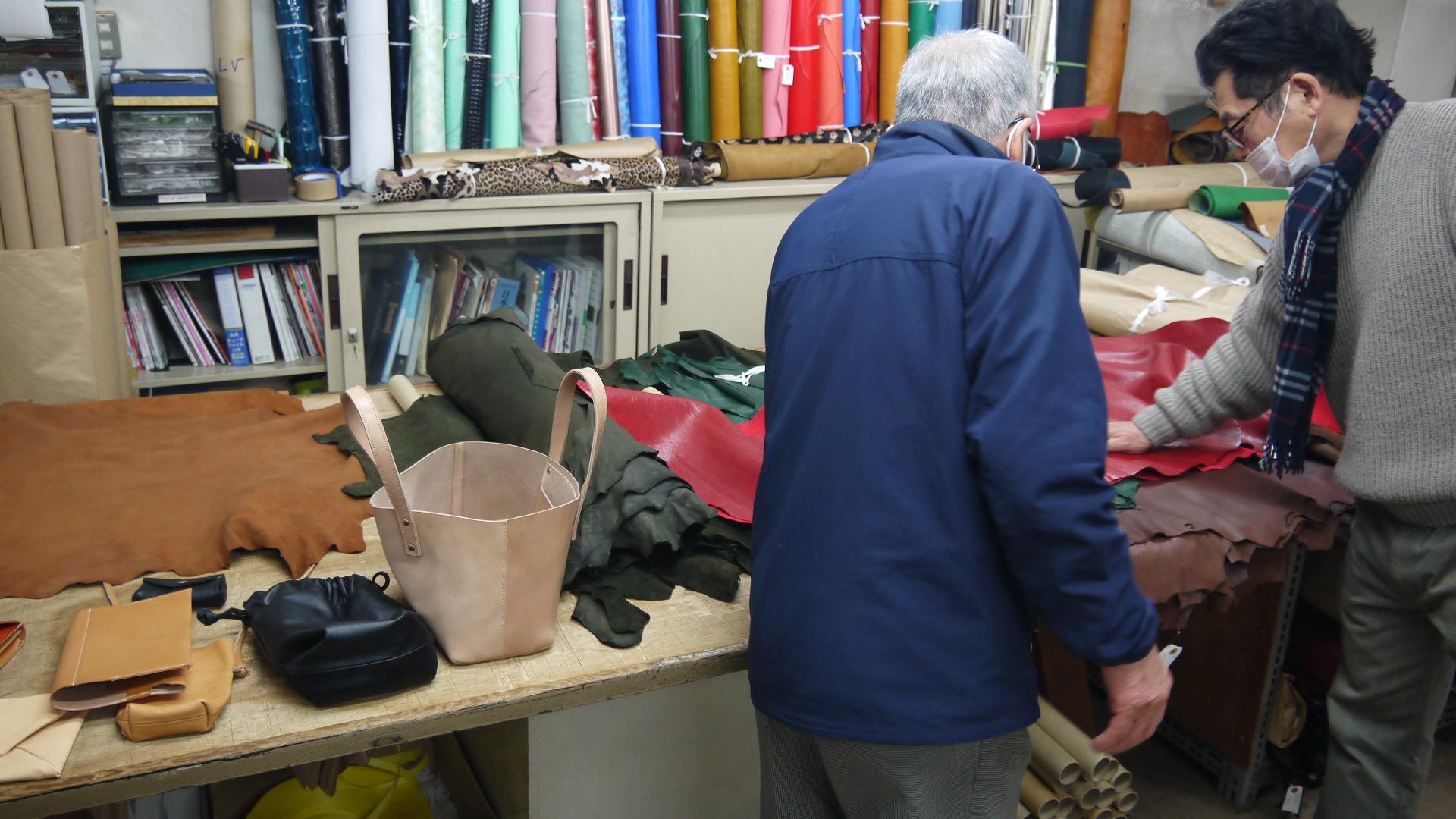 2月分ナニワの革問屋巡り。1組目のお客様をご案内。