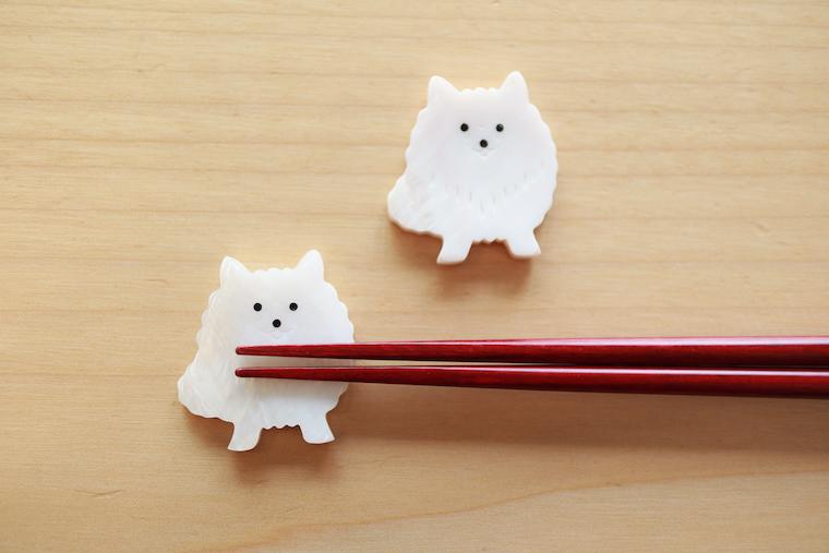 日本スピッツのようなポメラニアンのような白い犬の箸置きです。