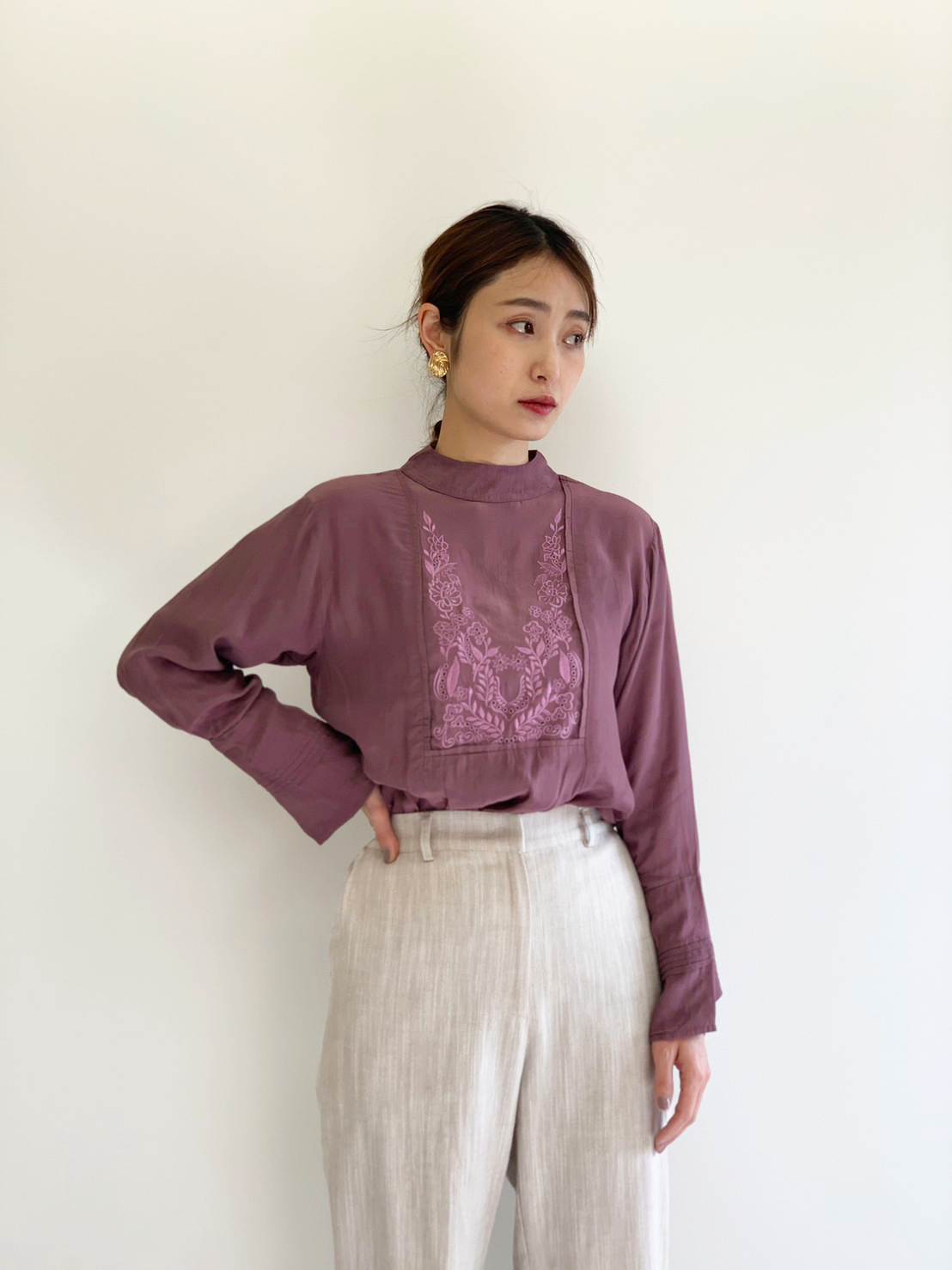 BAD STAND COLLAR EMBROIDERY BLOUSE