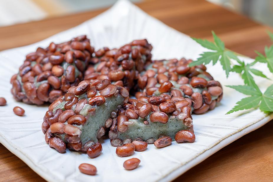草餅のまわりに、ささぎ豆をふんだんにまぶした「ささぎ餅」。北陸の伝統的な餅菓子です。